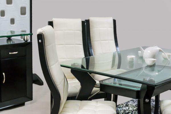 comedor-madera-oscura-doble-vidrio-detalle-sillas-madera-oscura-y-cuero-blanco